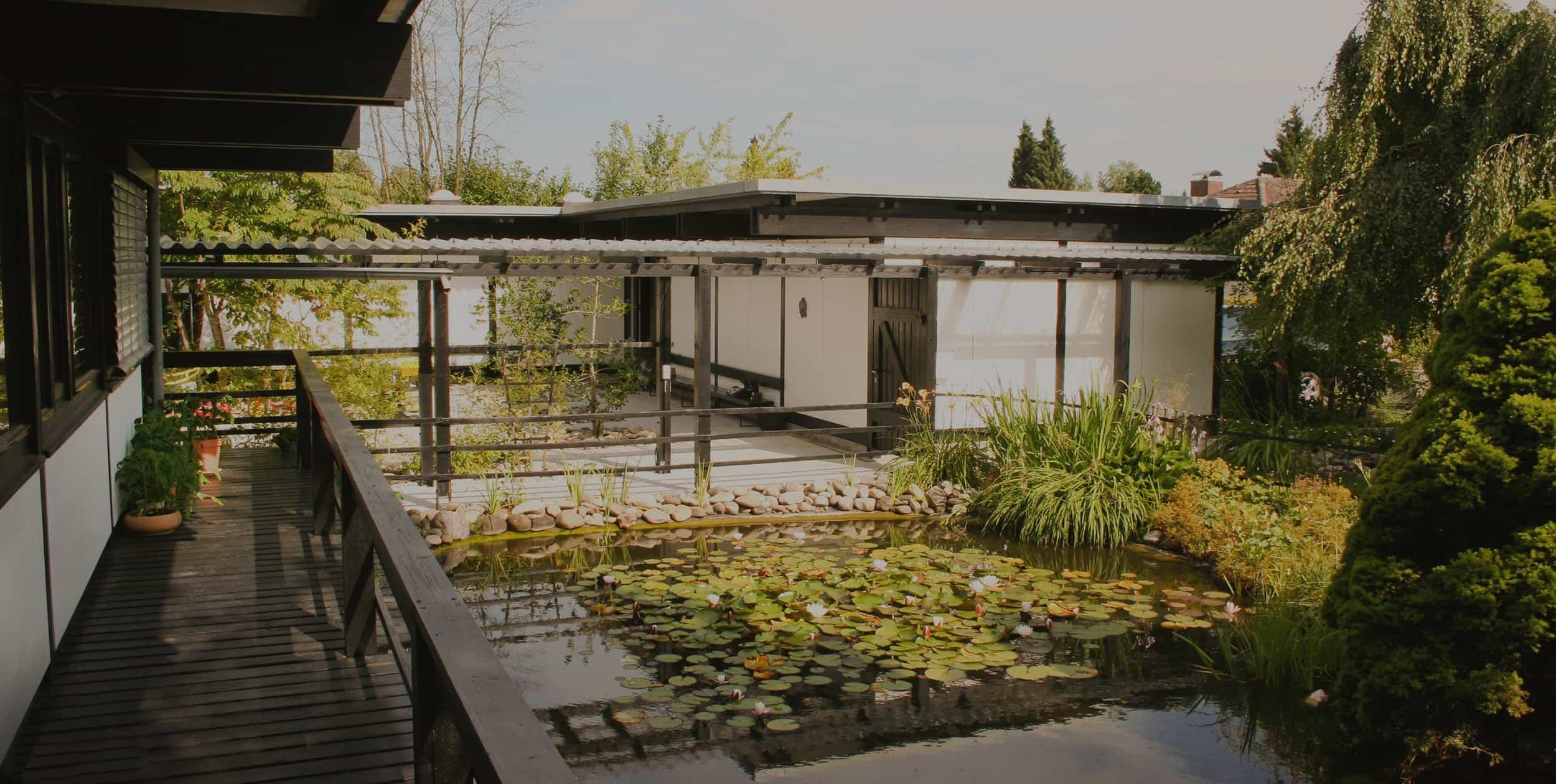 Innenhof der Agentur mit Teich
