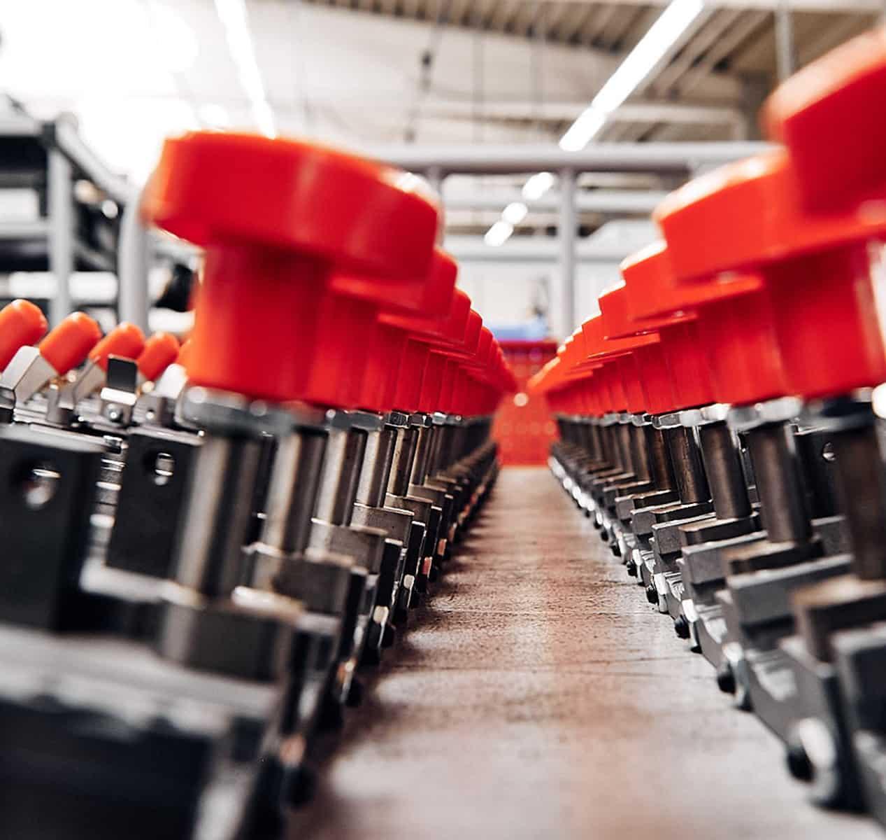 Hohner Maschinenteile in Reihe aufgestellt