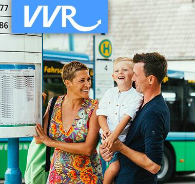 Familie an der Bushaltestelle VVR
